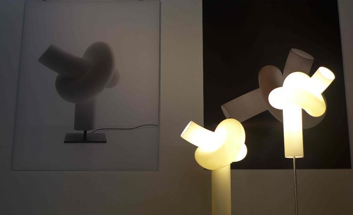 Moderní svítidlo atypického tvaru v bílé barvě