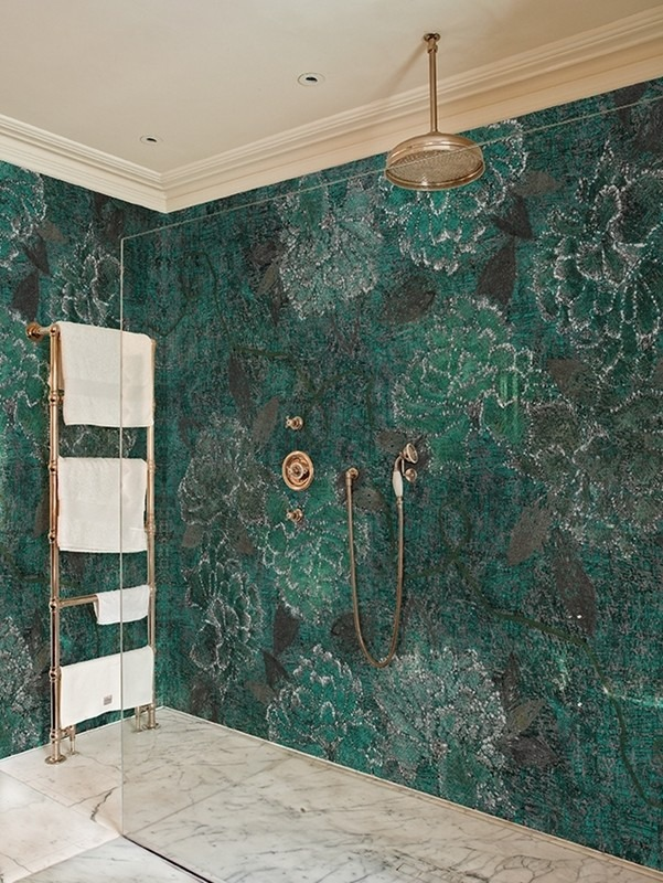 Zelená nástěnná tapeta v prosklené sprše s ručníky