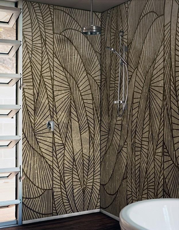 Tmavá koupelnová tapeta v otevřeném sprchovém koutě