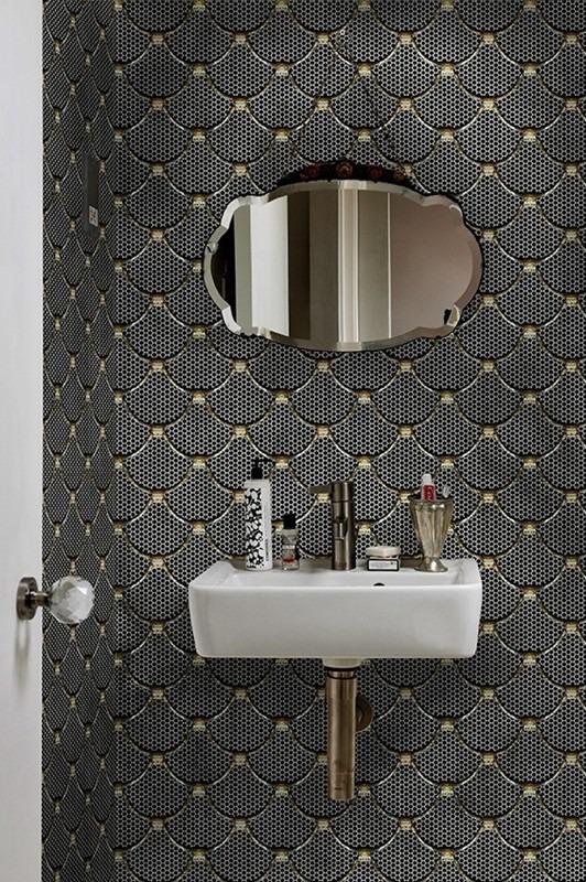 Tmavá koupelnová tapeta a umyvadlo se zrcadlem