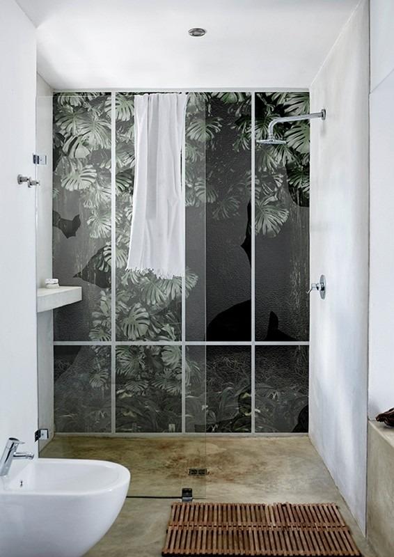 Tapeta s listím v koupelně se sprchou a umyvadlem