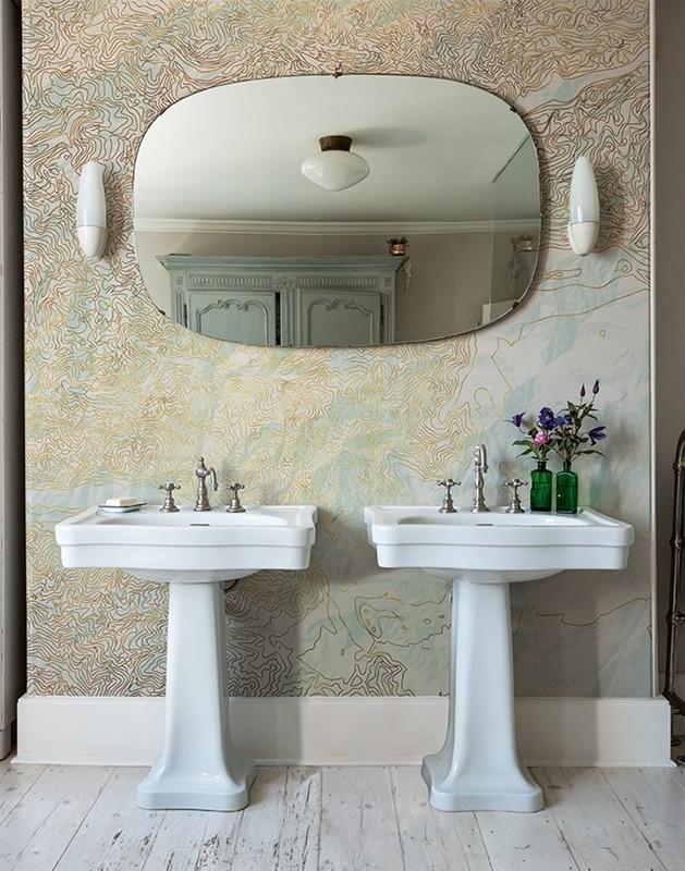 Tapeta s ornamenty v koupelně se dvěma umyvadly a zrcadlem