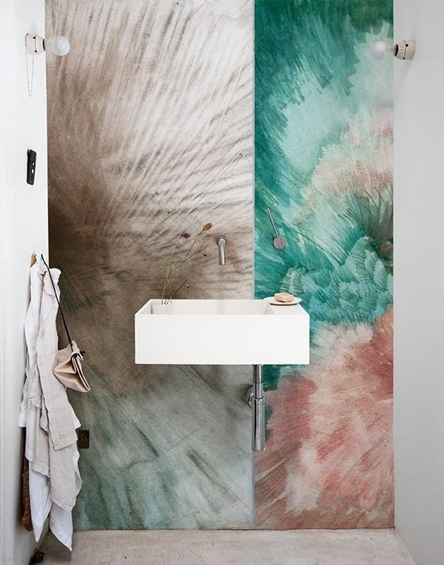 Abstraktní tapeta v koupelně s umyvadlem a ručníky
