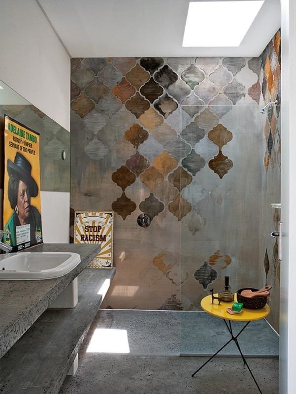 Retro tapeta do koupelny se sprchou, umyvadlem a stolkem