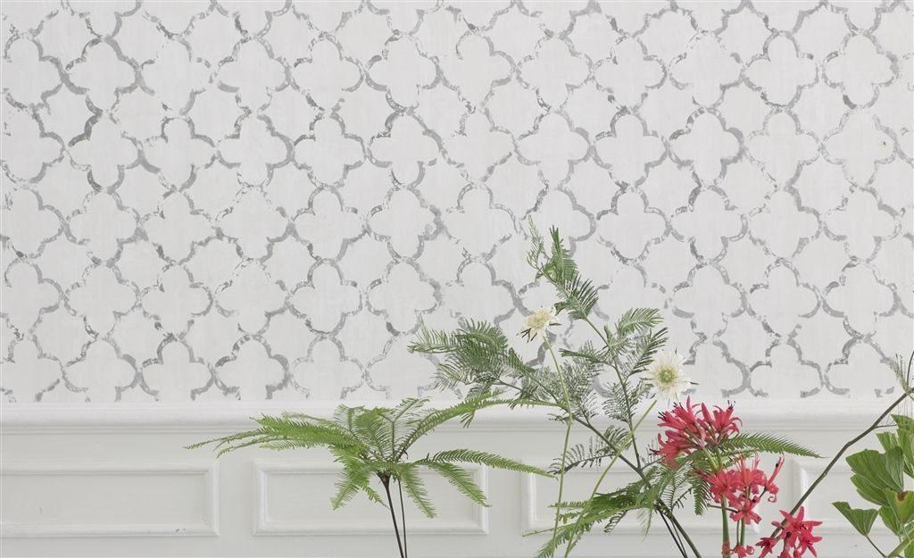 Bílá tapeta na zeď s šedým vzorováním