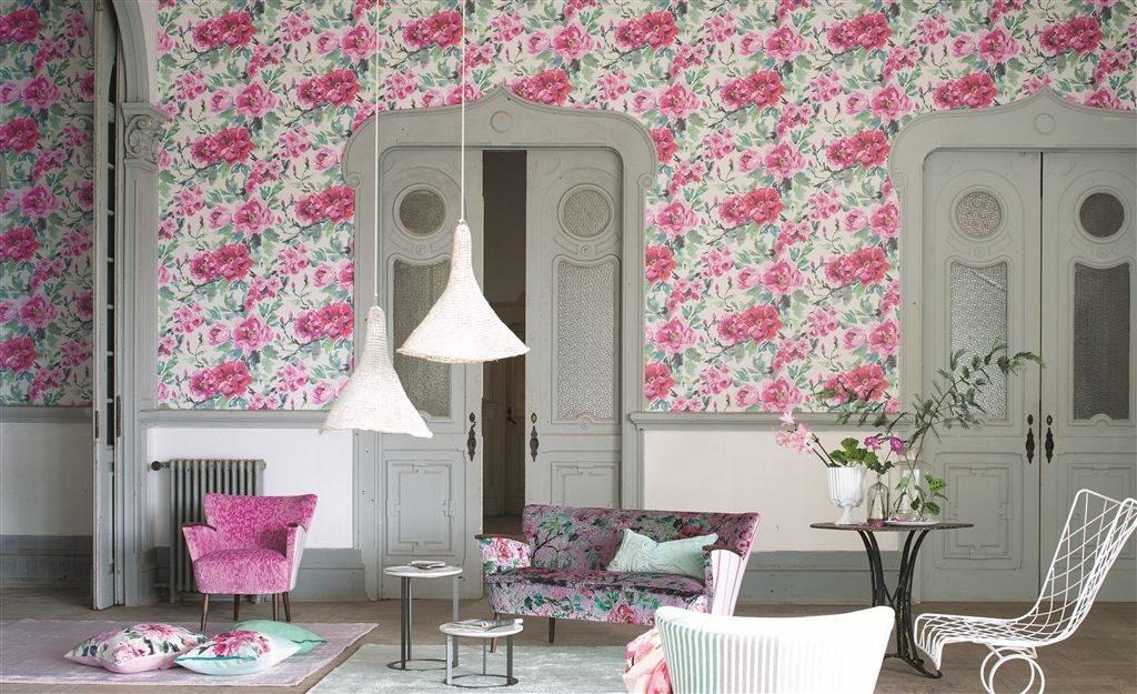 Květinová tapeta na zeď v růžových odstínech