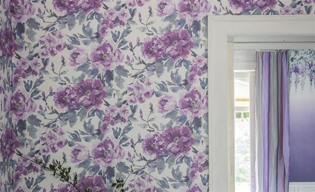 Květinová tapeta na zeď s fialovými odstíny