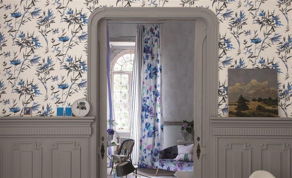 Světlá tapeta na zeď s modrými květinami