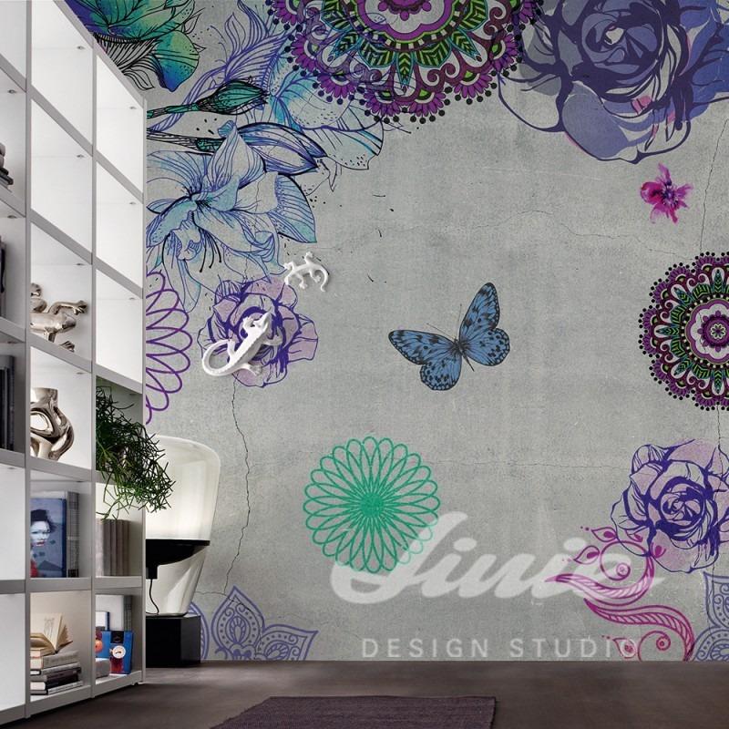 Šedá tapeta na zeď s fialovými a modrými květinami a motýly