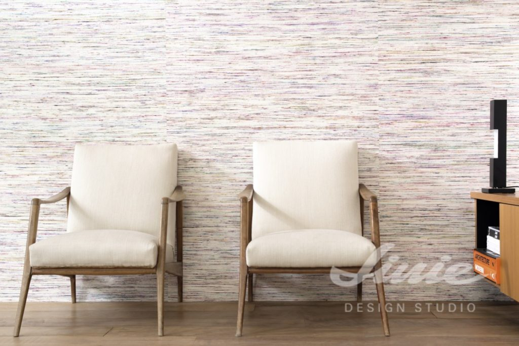 Bílá tapeta na zeď s barevným žíháním