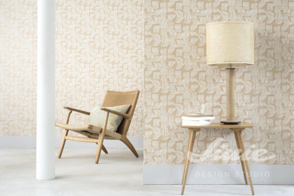 Béžová tapeta na zeď s bílým vzorem
