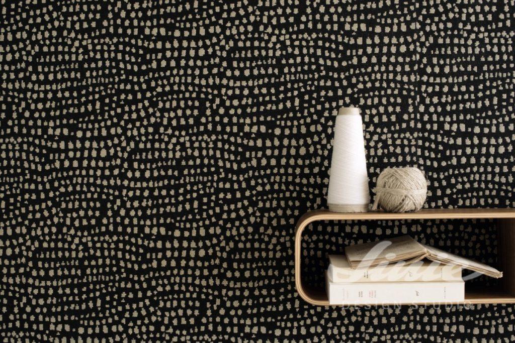 Černá tapeta na zeď s drobným béžovým vzorkem