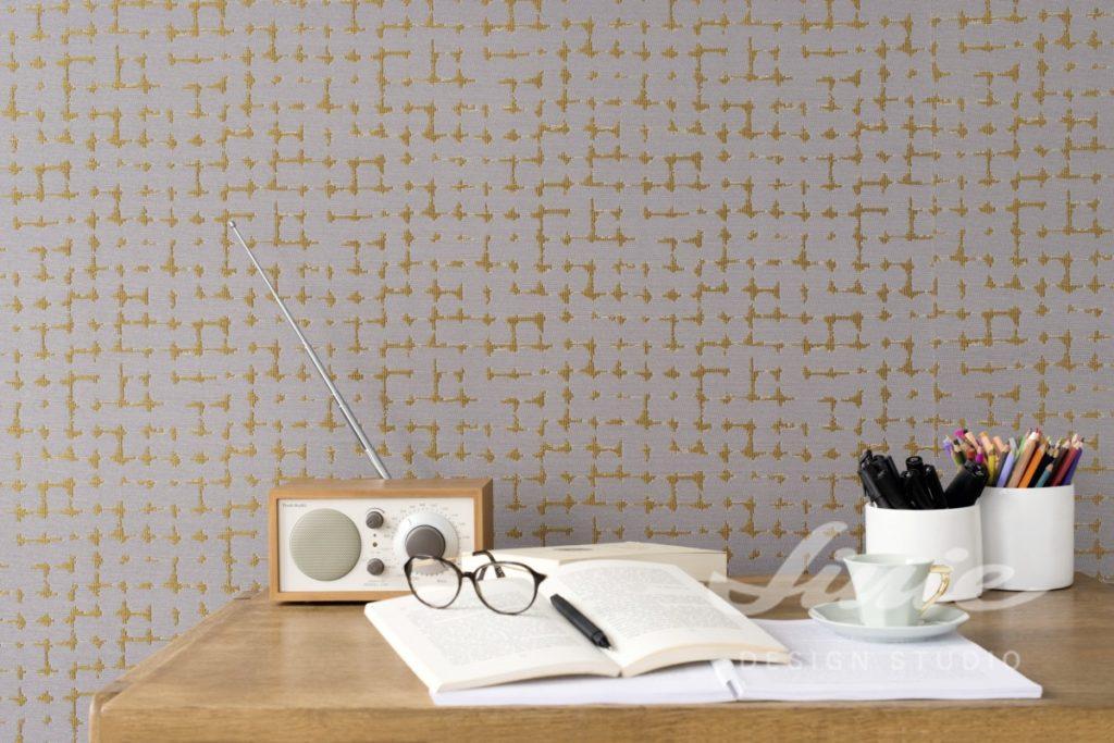 Šedá tapeta na zeď s drobným hnědým vzorkem