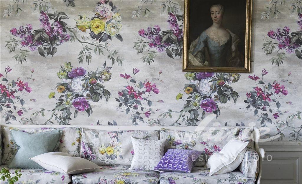 Světlá tapeta na zeď s fialovými a žlutými květinami