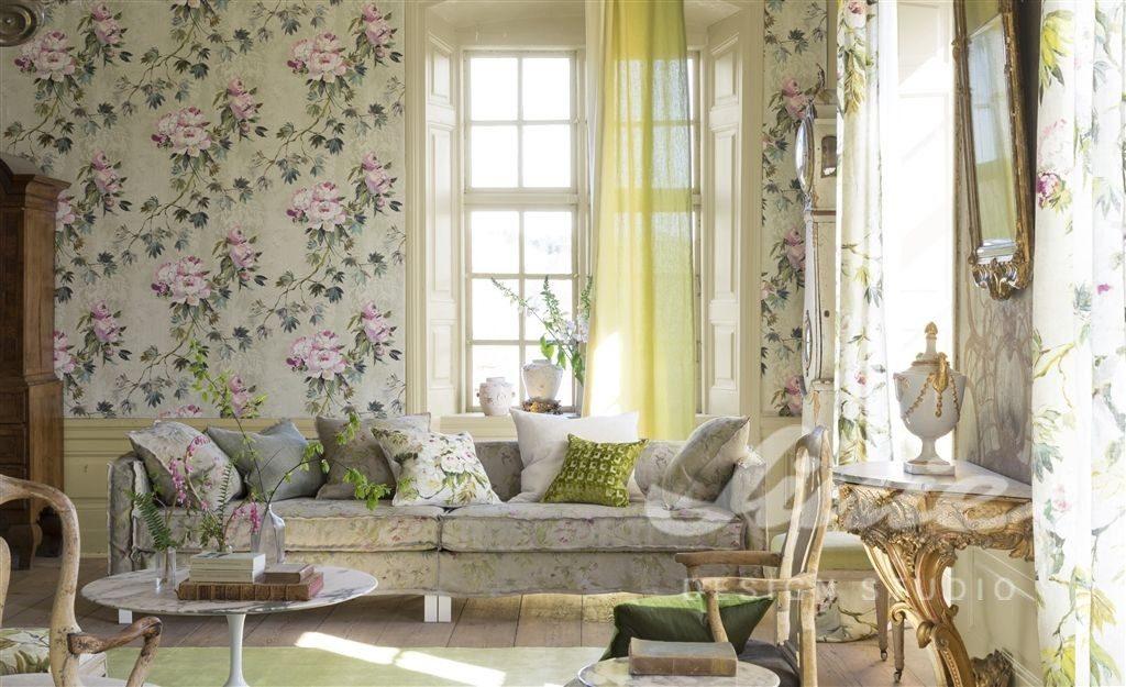 Světlá tapeta na zeď se světle růžovými květinami