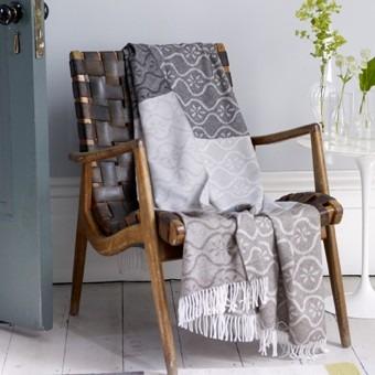 Textilní přehoz v šedých tónech se vzorem