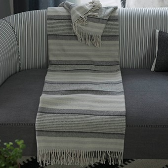 šedo bílá deka s pruhy