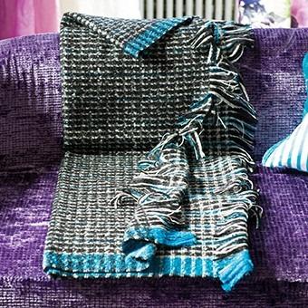 Textilní přehoz s modrým okrajem