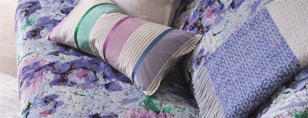 Barevné dekorační polštářky ve fialových odstínech