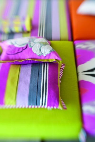 Vzorovaný dekorační polštářek jasné barvy