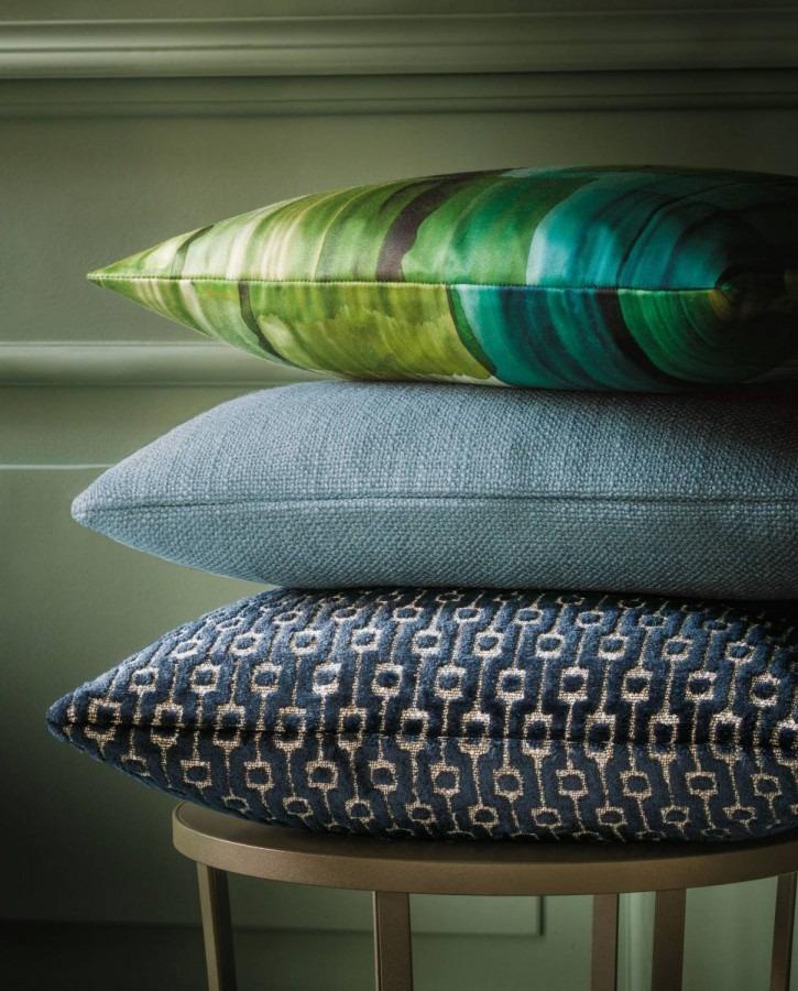 Dekorační polštářky s různými vzory v modrých a zelených odstínech
