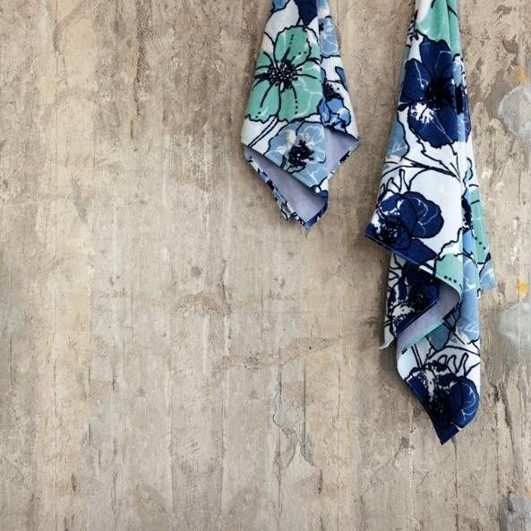 Světlé ručníky s květinovým vzorem