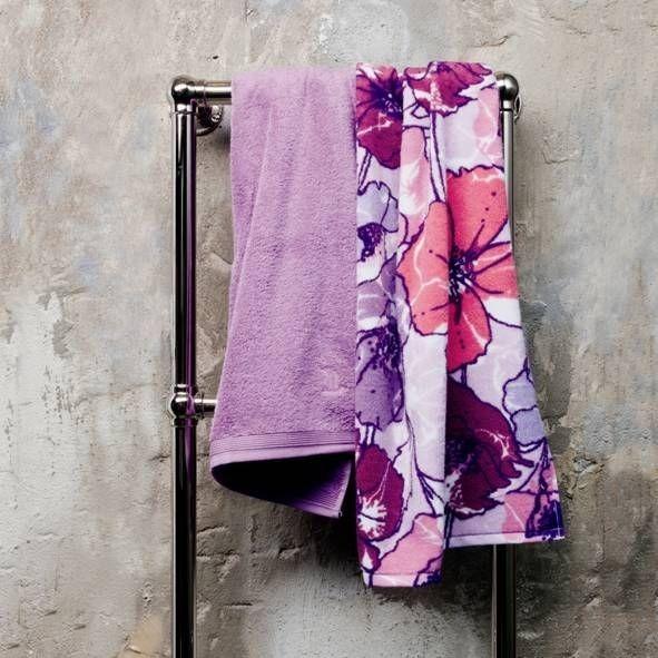 Koupelnová osuška s květinovým vzorem ve fialových odstínech