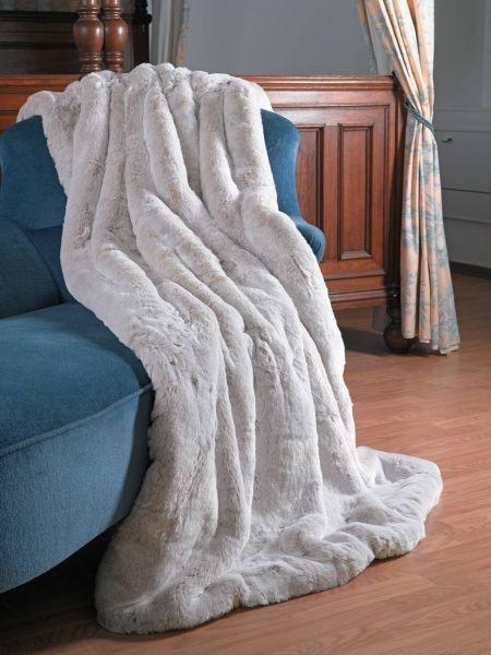 čistě bílá kožešinová deka