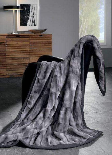 Chlupatá deka v šedé barvě s černým okrajem