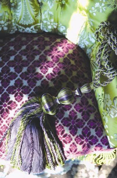 fialový střapec na závěsy