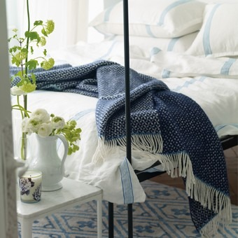 Tmavě modrý přehoz na postel