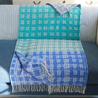 modrý přehoz na pohovku