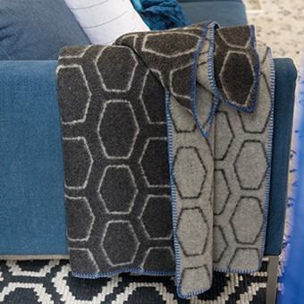 šedá geometrická deka designers guild