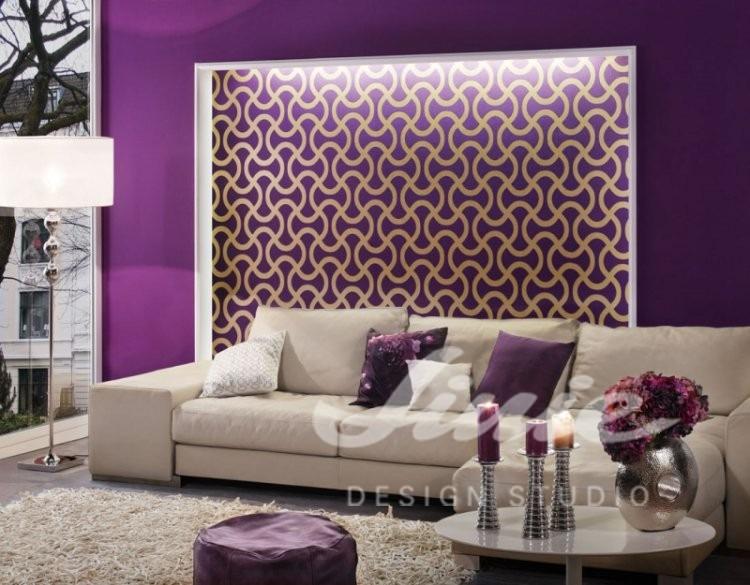 Textilní tapeta s moderním vzorem a pohovka s polštářky