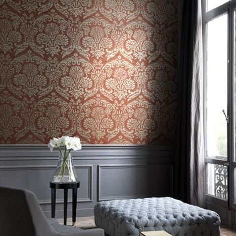 Textilní tapeta s barokním vzorem a polstrovaná podnožka