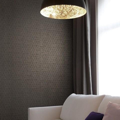 Tmavá textilní tapeta s elegantním vzorem