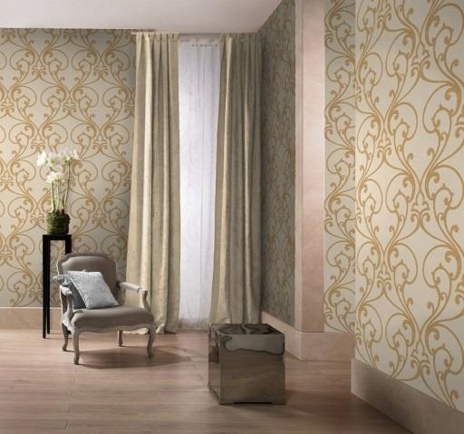 Textilní tapeta s elegantním vzorem a křeslo s polštářkem