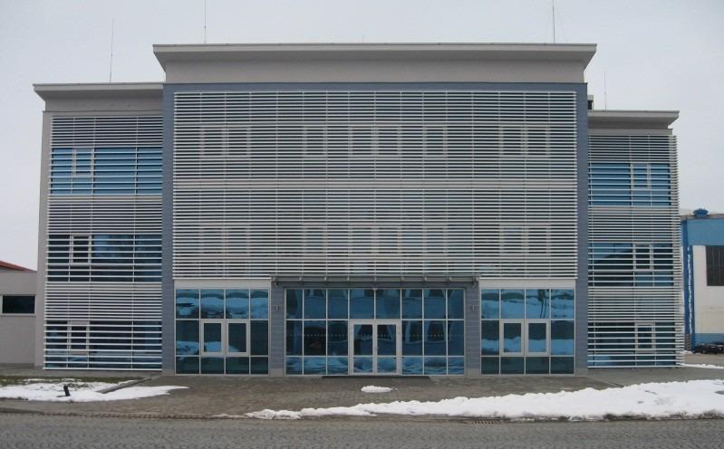 Vertikální slunolam na velké modré budově