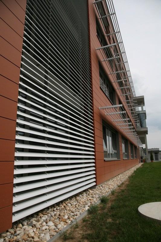 Vertikální slunolam na červené budově
