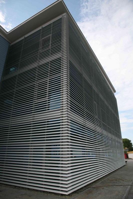 Vertikální slunolam na ploše budovy