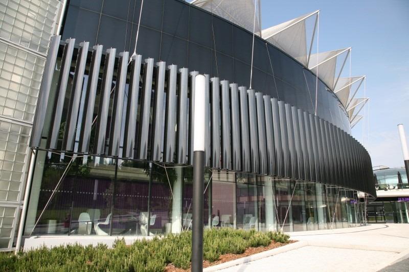 Vertikální slunolam na oblé budově