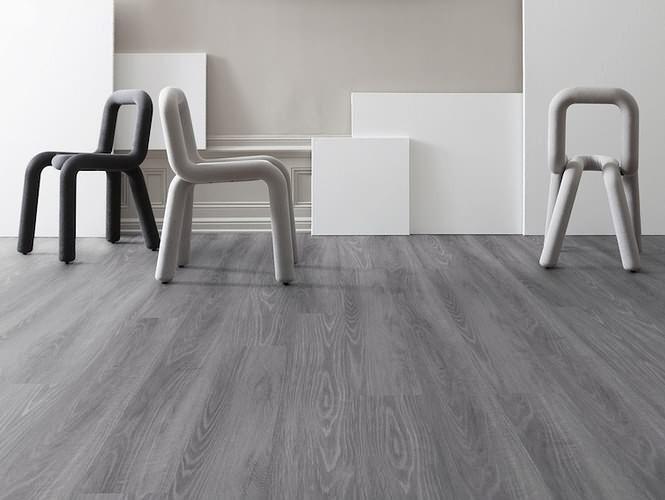 Vinylová podlaha v šedé barvě