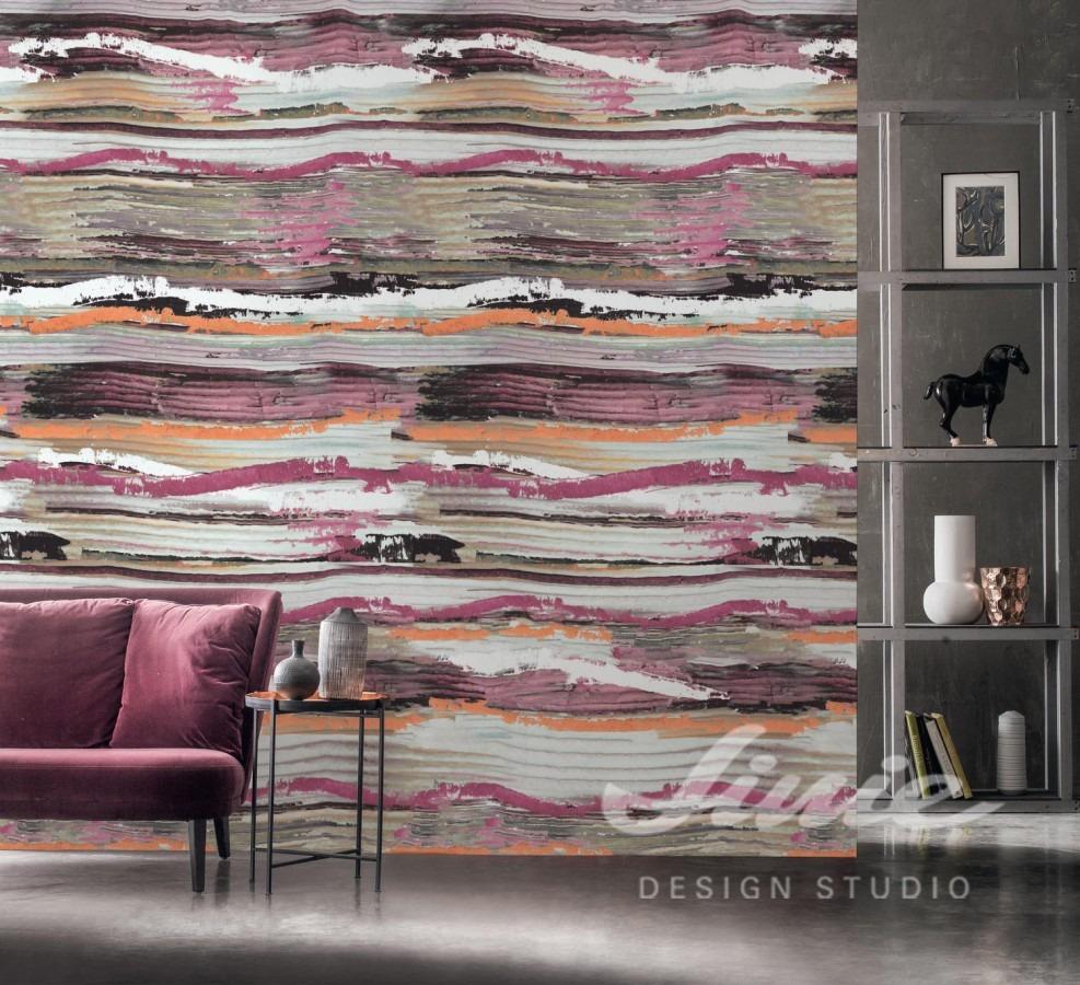 Abstraktní tapeta na zeď, pohovka s polštářky a dekorační regál
