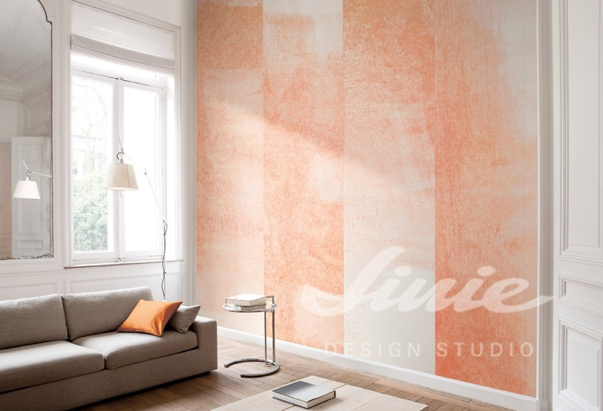 Pastelová tapeta na zeď a pohovka s polštářkem v obývacím pokoji