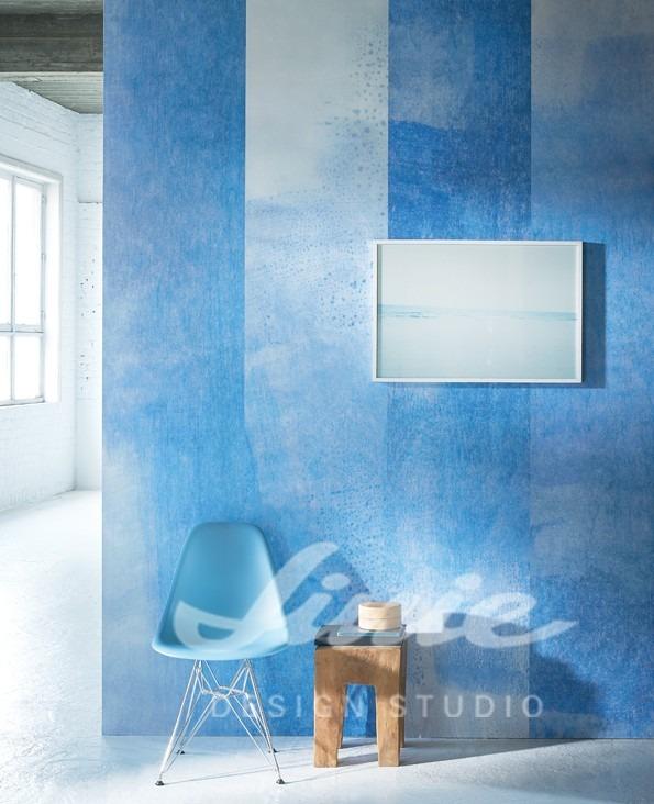 Židle s dřevěnou stoličkou a obraz na zdi