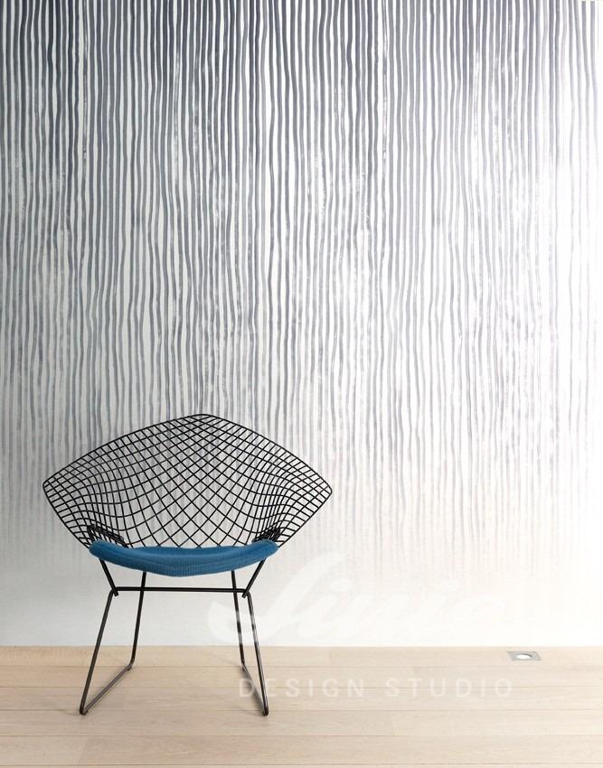 Židle v místnosti s pruhovanou tapetou na zeď