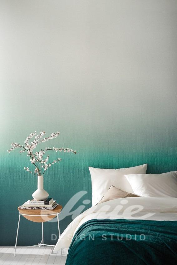 Postel s polštářky a noční stolek s dekoracemi