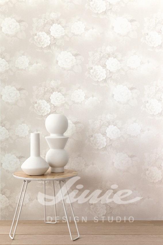 Kulatý stolek s dekoracemi, květinová tapeta na zeď