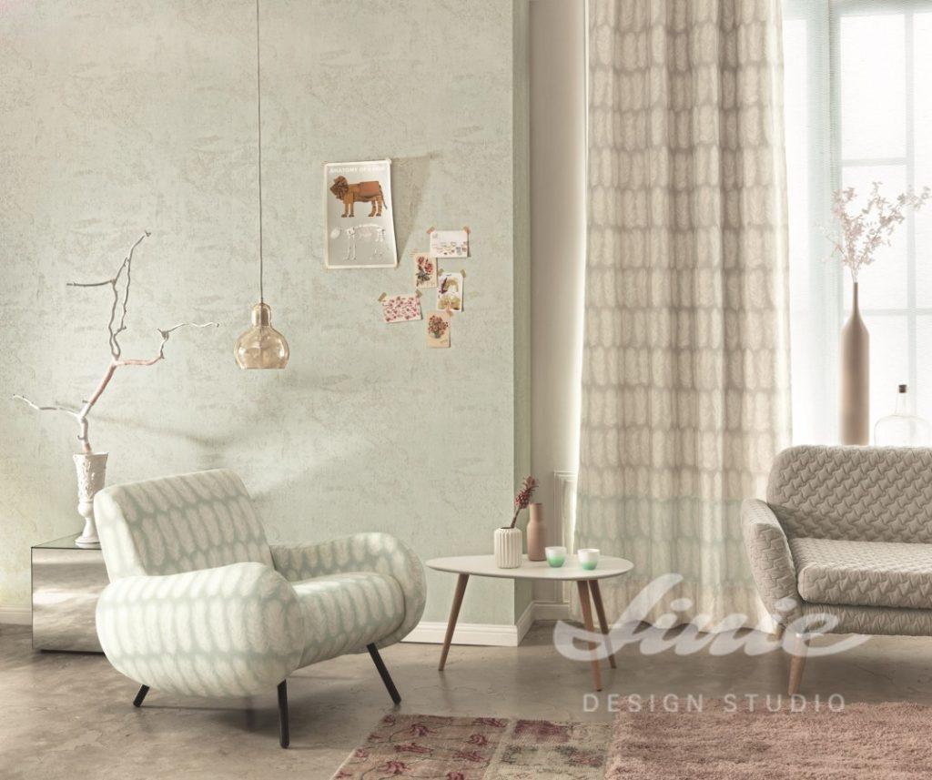 Pohovka a křeslo, nízký stolek s dekoracemi, stropní svítidlo a okno se závěsy