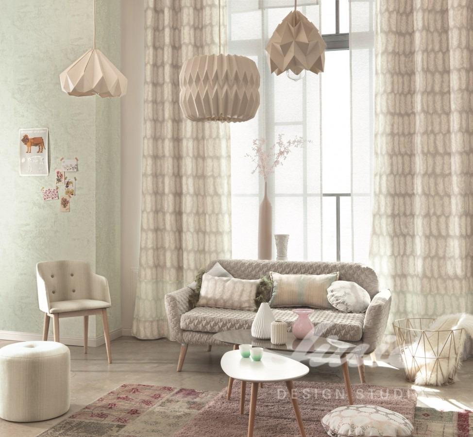 Pohovka s polštářky, křeslem a podnožkou, tři stropní svítidla, konferenční stolek s dekoracemi
